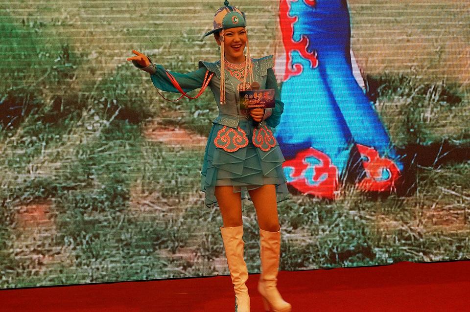 乌兰图雅(蒙古之花),女,著名草原歌星,乌兰图雅(本名)80后内蒙歌手代表,纯正蒙古贵族后裔,来自内蒙古科尔沁草原(孝庄皇后家乡),国内最走红草原歌星之一,被誉为蒙古之花。少数民族音乐协会年轻会员,少数民族红色形象大使,北京大学文化创意产业研究生学员,全国公益形象大使,清华大学美术学院艺术品鉴赏高级经营管理班学员,广东流行音乐贡献奖等荣誉称号,中宣部(唱响中国)套马杆唯一合法演唱者,现留学蒙古国最高音乐学府主修世界音乐和当代蒙古流行音乐。
